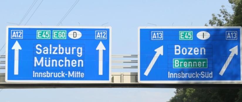 Verkeersborden boven de Oostenrijkse rijksweg