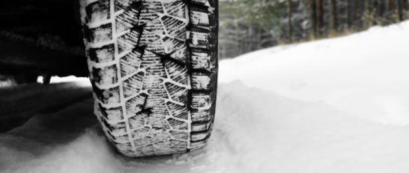 Winterbanden in de sneeuw